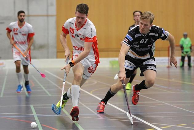 Miika Malkamäki (oik.) asuu Erik Härkösen kämppiksenä. Kuva: Wilfried Hinz / Unihockey.ch.