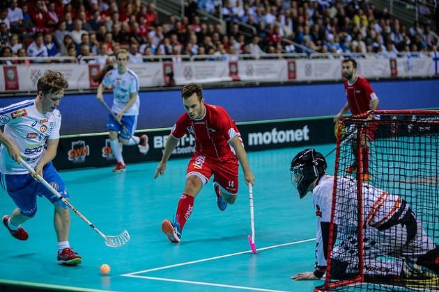 Krister Savonen (vas.) olis Suomen valopilkkuja Tanska-ottelussa. Kuva: IFF