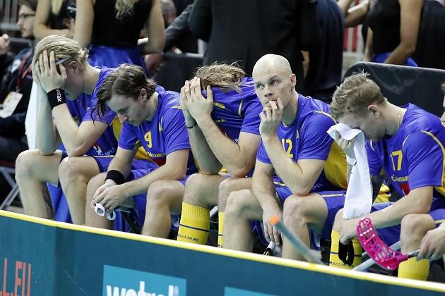 Henrik Stenberg (nro. 12) laukoi kovia syytöksiä ruotsalaisvalmennuksen suuntaan. Kuva: IFF