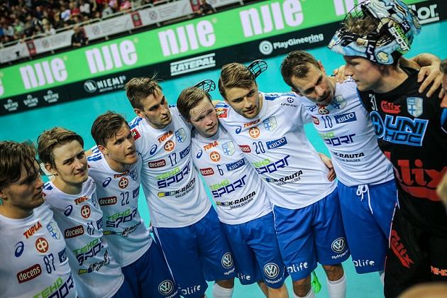 Suomi pääsi kokoontumaan voittorinkiin Sveitsi-pelin jälkeen. Kuva: IFF