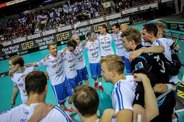 Suomi pääsi kokoontumaan neljänteen voittorinkiin Tanska-pelin päätteeksi. Kuva: IFF