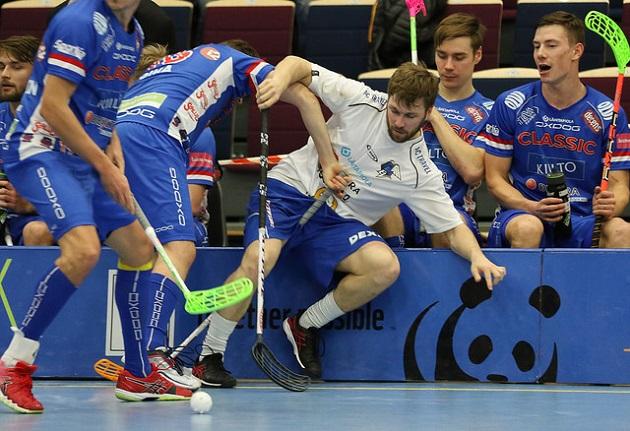 Classic ja EräViikingit vääntävät miesten Suomen Cupin finaalissa. Kuva: Esa Takalo