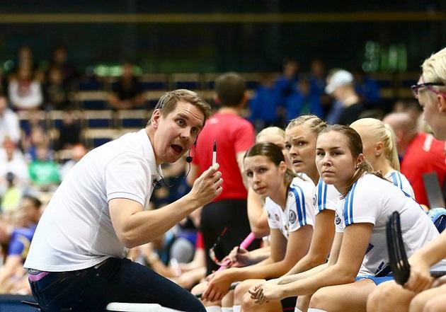 Lasse Kurronen ja naisten Salibandymaajoukkue lähtevät helmikuussa ensimmäistä kertaa MM-karsintoihin. Kuva: Salibandyliiga